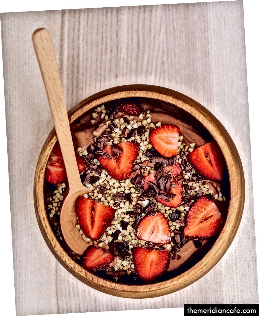 Kann Dessert gesund sein? So gesund, dass Sie es stattdessen zum Mittagessen haben können! Schokoladenbananen-Nizza-Creme mit rohem Buchweizen, Kakaonibs und Bio-Erdbeeren. Hergestellt aus nur drei Zutaten: gefrorene Bananen, Datteln und Kakaopulver. Probieren Sie diese Geschmacksrichtungen: Himbeere, Erdbeere, Brombeere, wilde Blaubeere, Granatapfel, Süßkirsche, scharfe Preiselbeere, Mango, Drachenfrucht oder Passionsfrucht. Die Möglichkeiten sind endlos!
