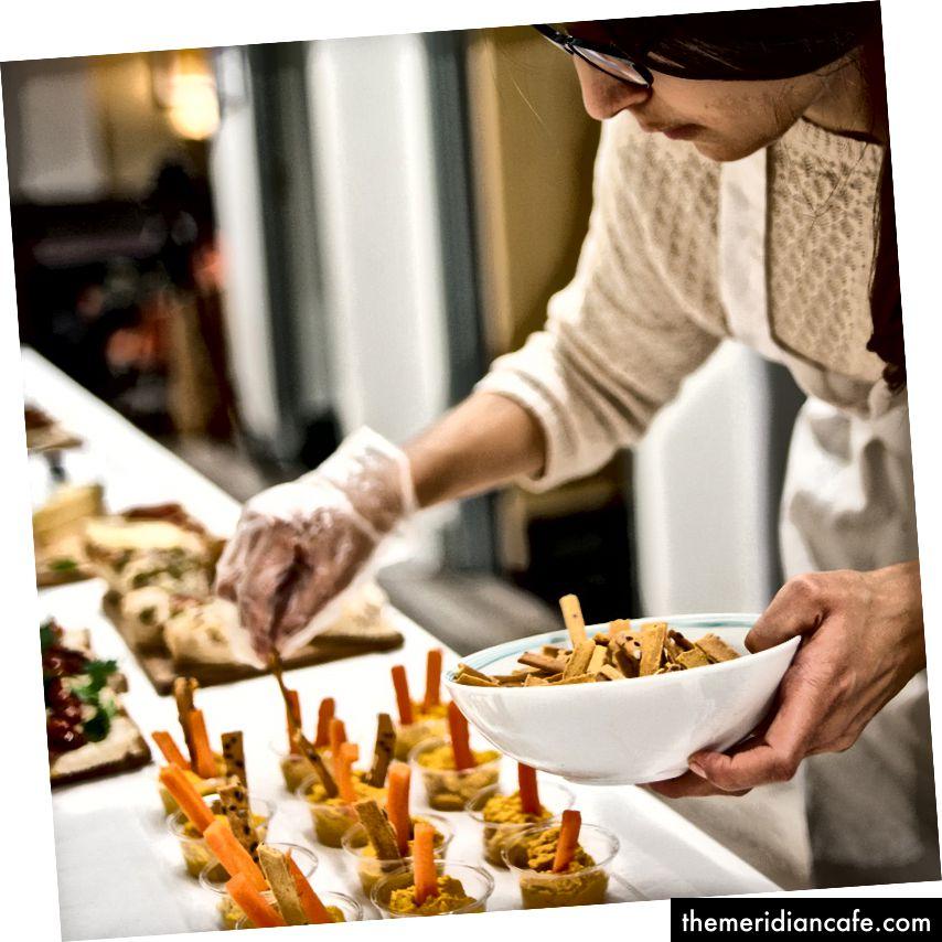 Sophie d'Elysia prépare la nourriture pour un événement