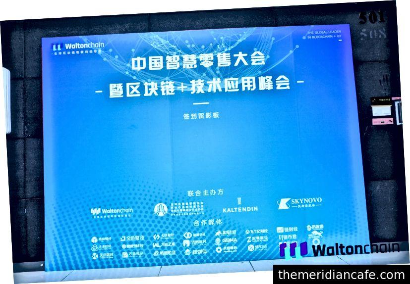 Tablica z podpisami China Smart Retail Conference i Blockchain + Technology Application Summit