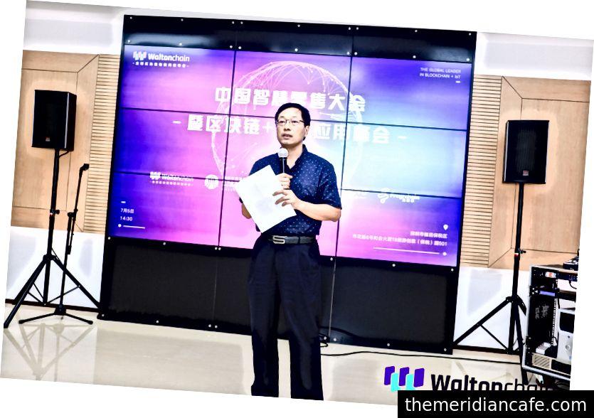 Presidente da Associação de Varejo Inteligente de Shenzhen, Sr. Hua Tao, dando o discurso de abertura