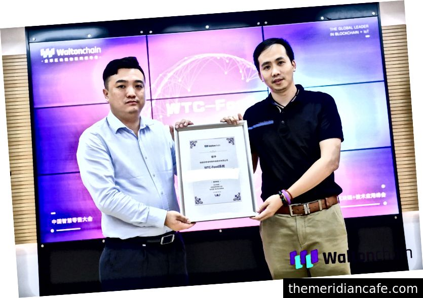 O CEO da Waltonchain, Welson Wong, apresenta o sistema WTC-Food ao CEO da Skynovo, Sr. Chen Gengsheng
