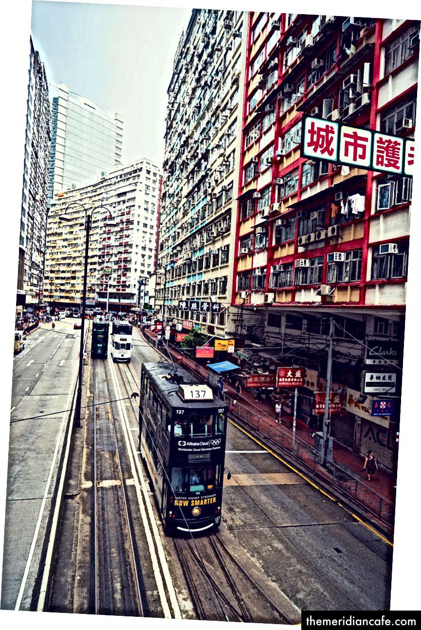 Widok na King's Road, główną arterię miejską.