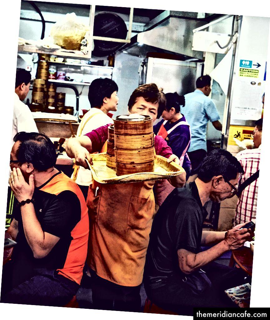 Równoważenie w Sun Hing, gdzie goście mogą naprawić kluski we wczesnych godzinach porannych.