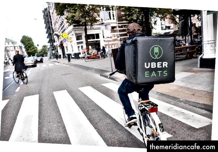 Quem precisa sair quando um mensageiro de bicicleta pode carregar todo o restaurante para você nas costas.