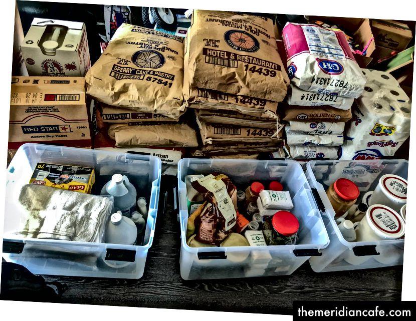 Minha sala de estar por um mês antes da queimadura tinha 500 libras de farinha e açúcar
