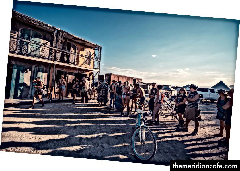 A linha para Black Rock Bakery. Rostos borrados e tatuagens photoshopped afastado. (Crédito da foto: Gilles Bonugli Kali)