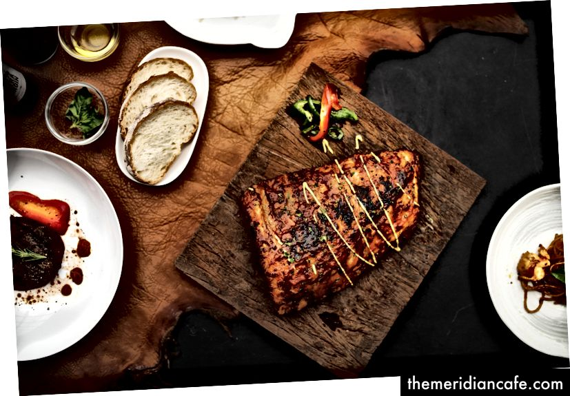 """""""Mięso z grilla obok pieczywa"""" autorstwa rawpixel w Unsplash"""