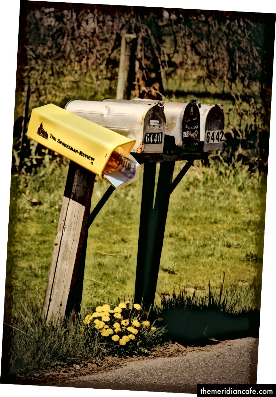 """""""Cztery szare skrzynki pocztowe"""" autorstwa Timothy Eberly w Unsplash"""