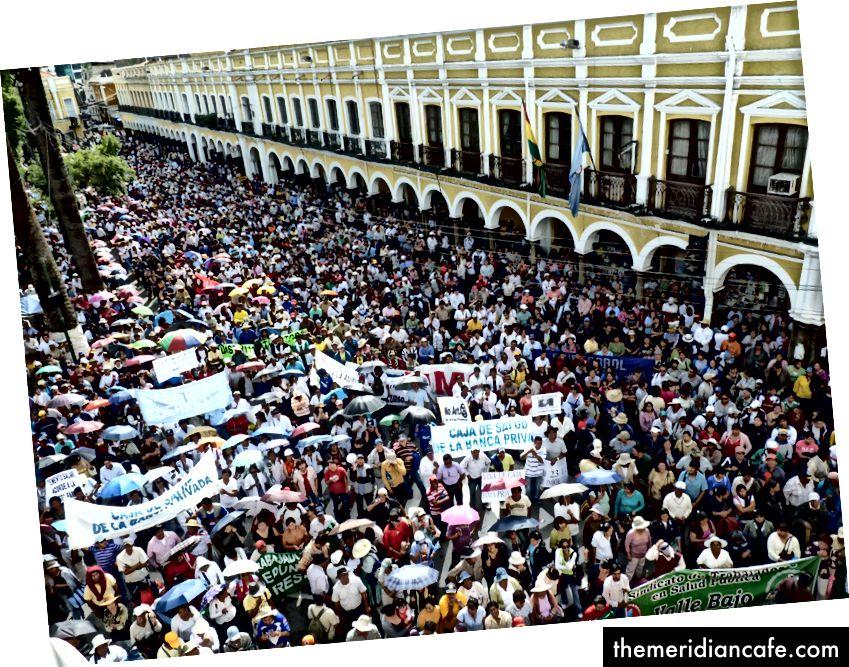 Manifestantes na Bolívia protestando contra a privatização da água da chuva.