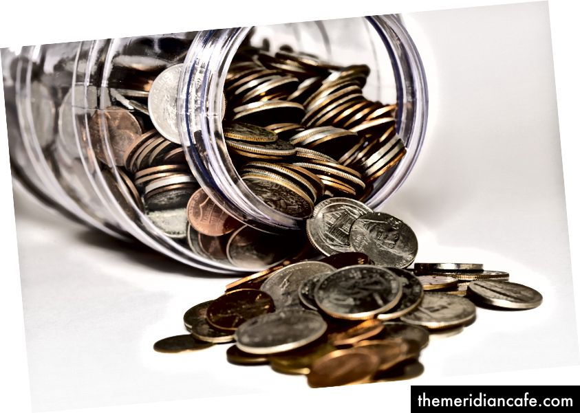 """Lote de moedas em jarra de vidro"" de Michael Longmire na Unsplash"