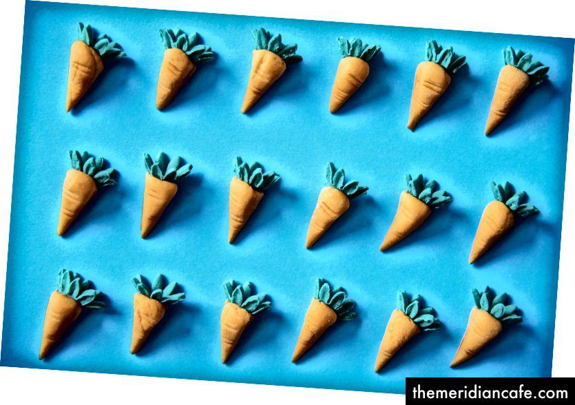"""""""Jouets de carottes sur la surface bleue"""" par rawpixel sur Unsplash"""
