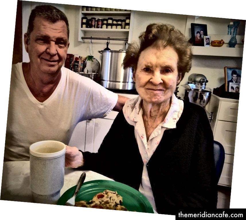 autorska prava slike © 2018, ja.   Eddie i njegova 86-godišnja mama, Hilda Hostetler uživali su u tom figgy pudingu, 17. prosinca 2018. godine.