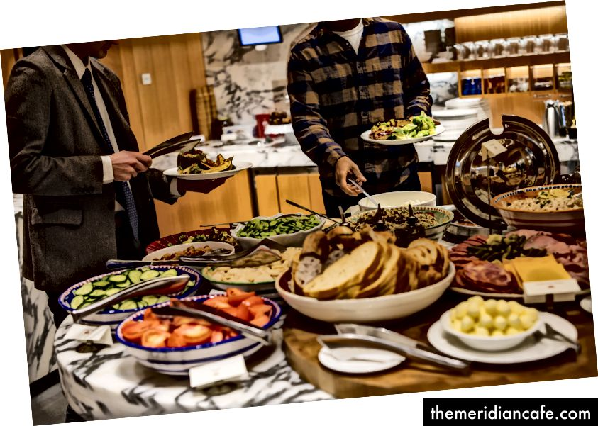 No American Enterprise Institute, um think tank conservador em Washington, os funcionários recebem um buffet gratuito de pratos como costela, bolos de caranguejo e beterrabas caseiras. Foto: Lauren Spinelli