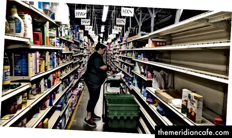 Ein Peapod-Mitarbeiter führt eine Online-Bestellung aus (Alana Semuels / The Atlantic)