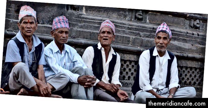Starsi mężczyźni Newar cieszą się spokojnym porankiem poza swoją rezydencją. Mimo że mniejszość mieszkańców Doliny Katmandu, Newars jest bardzo ważnym czynnikiem przyczyniającym się do różnorodności biokulturowej regionu. Zdjęcie: Sheetal Vaidya, 2018
