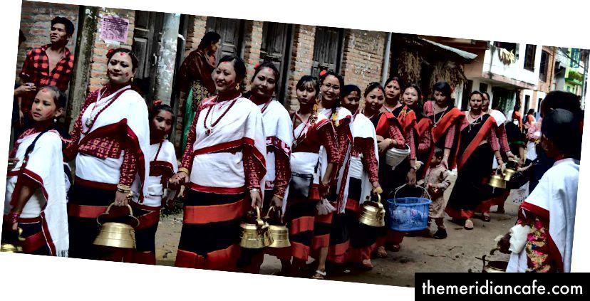 Kobiety Newar w charakterystycznym dla siebie stroju biorą udział w specjalnym rytuale zwanym Mattya lub Light Walk Festival, spacerując po świątyniach w mieście. Modlą się, aby zmarli krewni poszli śladami Buddy, który jest uważany za światło Azji. Zdjęcie: Manju Maharjan, 2018