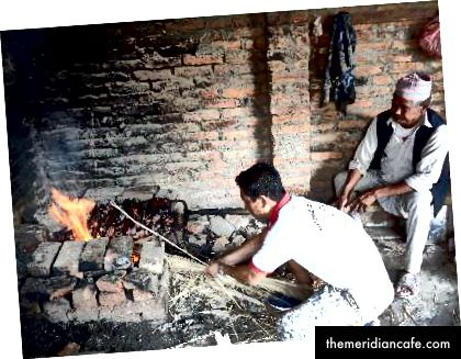 Po lewej: pośród Newarów mężczyźni zajmują się gotowaniem wyszukanych potraw, w tym Haku Chhoyala, na specjalne okazje. Kobiety są odpowiedzialne za gotowanie codziennych posiłków. Zdjęcie: Manju Maharjan, 2018. Po prawej: Używanie suszonej słomy do pieczenia mięsa jest uważane za zdrowe, ponieważ nie pozostawia na nim pozostałości. Nie pozostawia popiołu, ale ma to być dobre do trawienia w tej części świata. Zdjęcie: Manju Maharjan, 2018