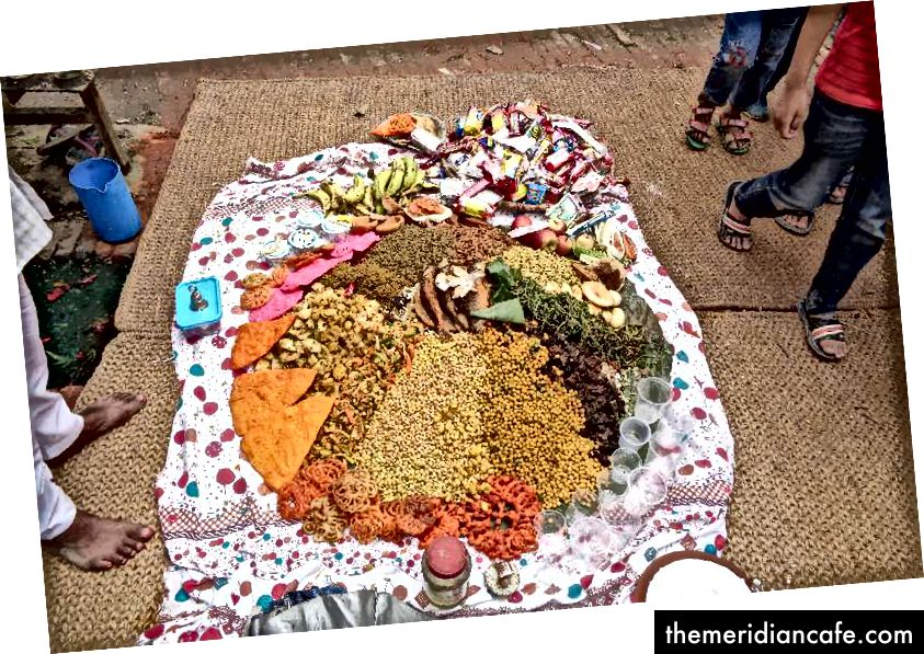 Talerz jest pełen różnych produktów spożywczych, w tym słodyczy, warzyw i ciastek oraz Haku Chhoyala, a także trochę pieniędzy. Talerz jest celowo pełny, aby zapewnić, że zmarłe dusze mają mnóstwo wszystkiego w życiu pozagrobowym. Zdjęcie: Manju Maharjan, 2018