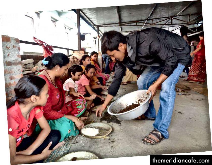 Na uczcie członkowie rodziny i zaproszeni goście siadają w rzędzie na tradycyjnych matach utkanych suszoną słomą ryżową, używając płyt liściowych wykonanych z drzewa shaal (Shorea robusta). Podczas takich świąt gospodarze podają jedzenie według określonego schematu. Z reguły Haku Chhoyala podaje się tuż po daniu z ryżu i przed innymi daniami warzywnymi. Zdjęcie: Manju Maharjan, 2018