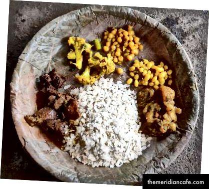 Po lewej: Mięso najpierw marynuje się w pasty imbirowej, a następnie wrzuca do niego sól, czerwone chili w proszku, tradycyjne piwo ryżowe i świeży olej musztardowy. Zielone, takie jak czosnek i liście kolendry są dodawane dla tekstury i smaku. Zdjęcie: Manju Maharjan, 2018. Po prawej: curry z fasoli, kalafiora, ziemniaków i mięsa to inne potrawy podawane podczas uczty. Dania mięsne są uważane za symbole prestiżu i dostatku wśród Newarów. Zdjęcie: Manju Maharjan, 2018