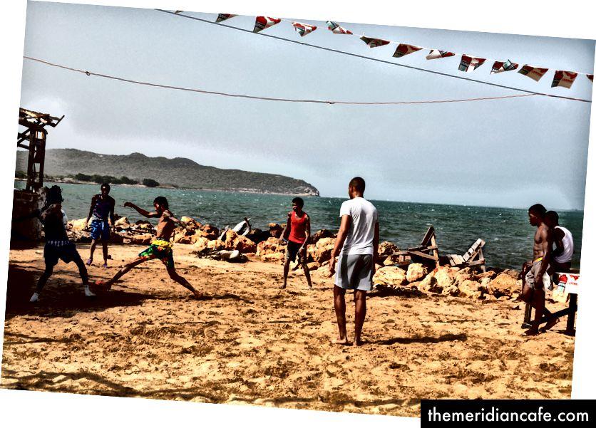Futebol de praia em Hellshire Beach, conhecida por seus barracos idiotas.