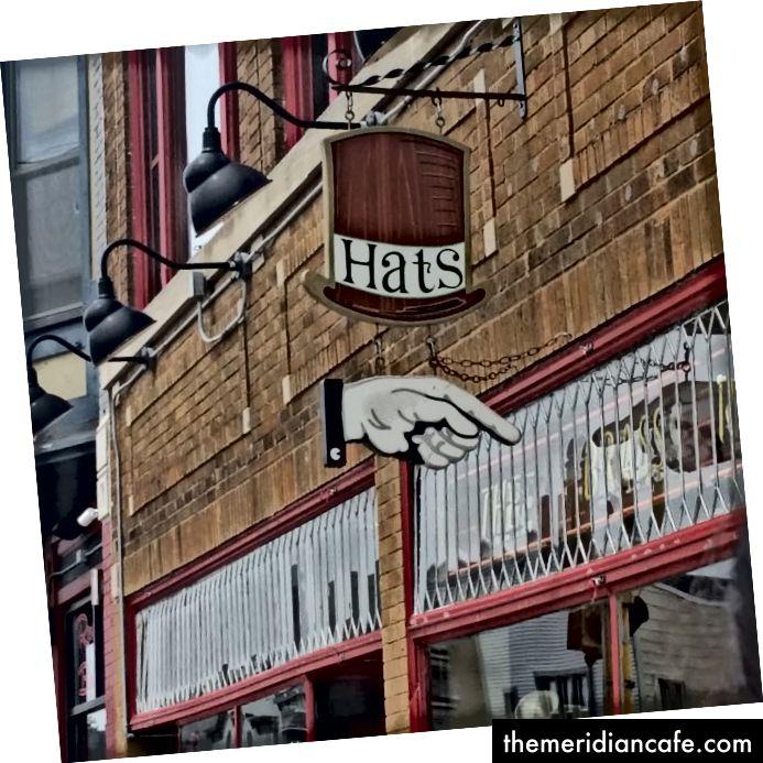유명한 피자 가게 옆에 모자 표시 (저자 사진)