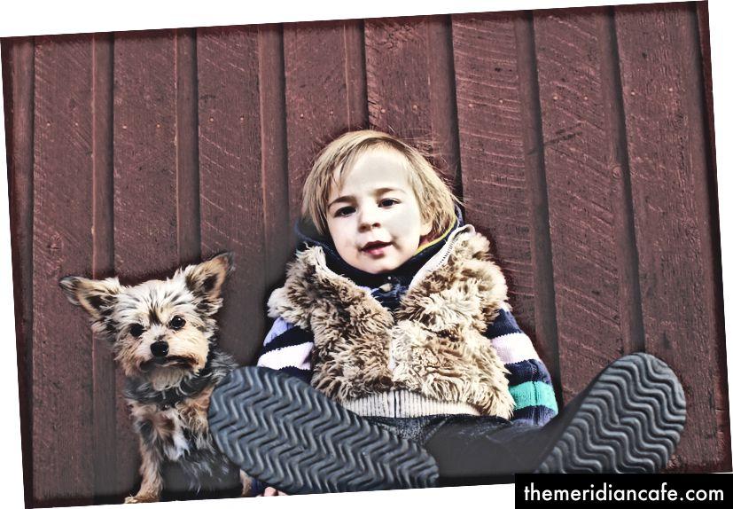 Malé dieťa so psom: BFF Fotografie od Levi Saundersovej na Unsplash