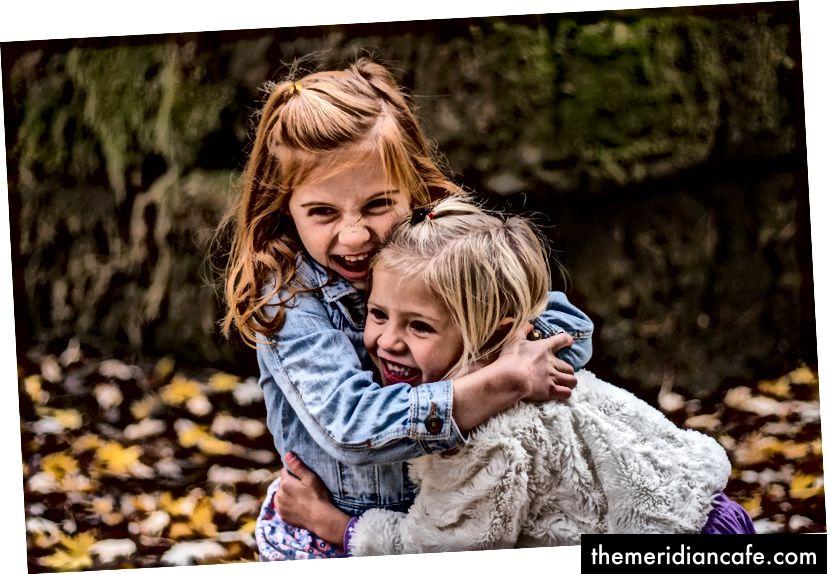 Podekscytowane dzieci przytulanie Image by Pexels from Pixabay