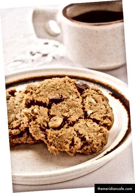 Bolo de chocolate vegano com cobertura de framboesa / biscoitos veganos de vaqueiro (fotos do autor)