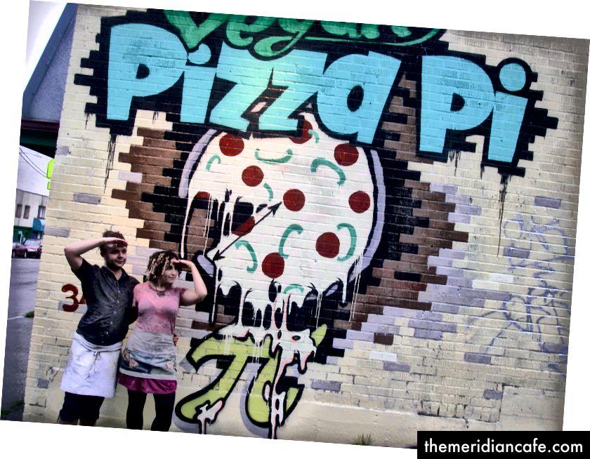Meu marido e eu na pizzaria vegana que costumávamos possuir. (Foto pessoal do autor.)