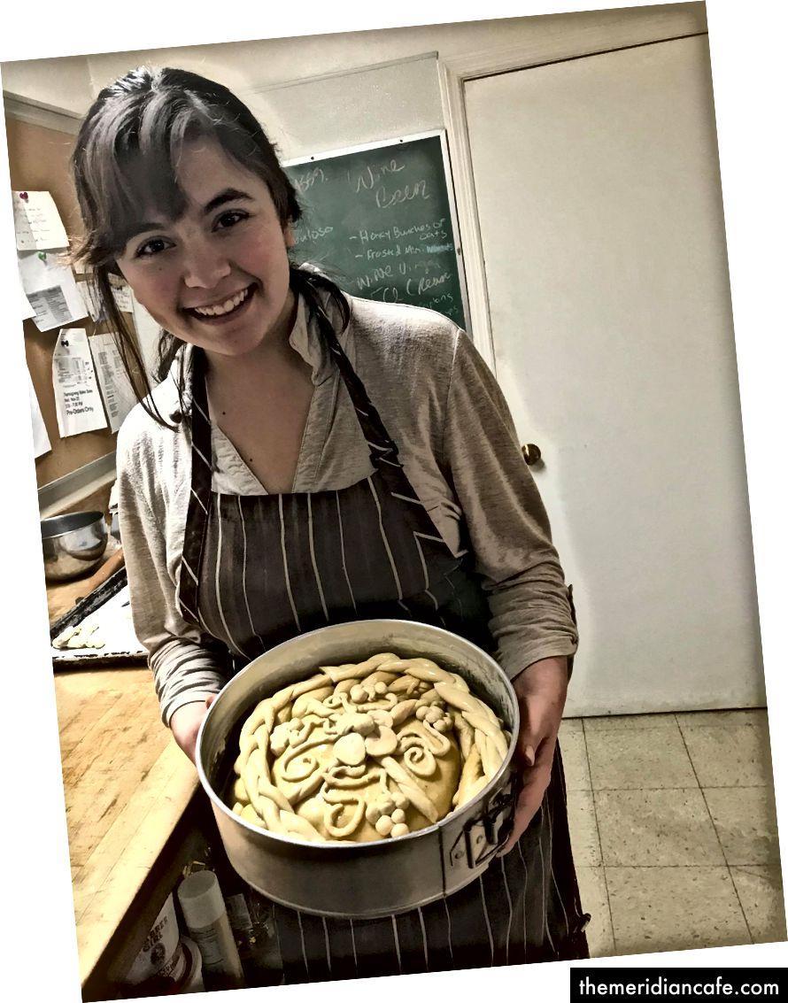 Klaar voor de oven! Mijn dochter met het Oekraïense bruiloftsbrood dat ze maakte en versierde.