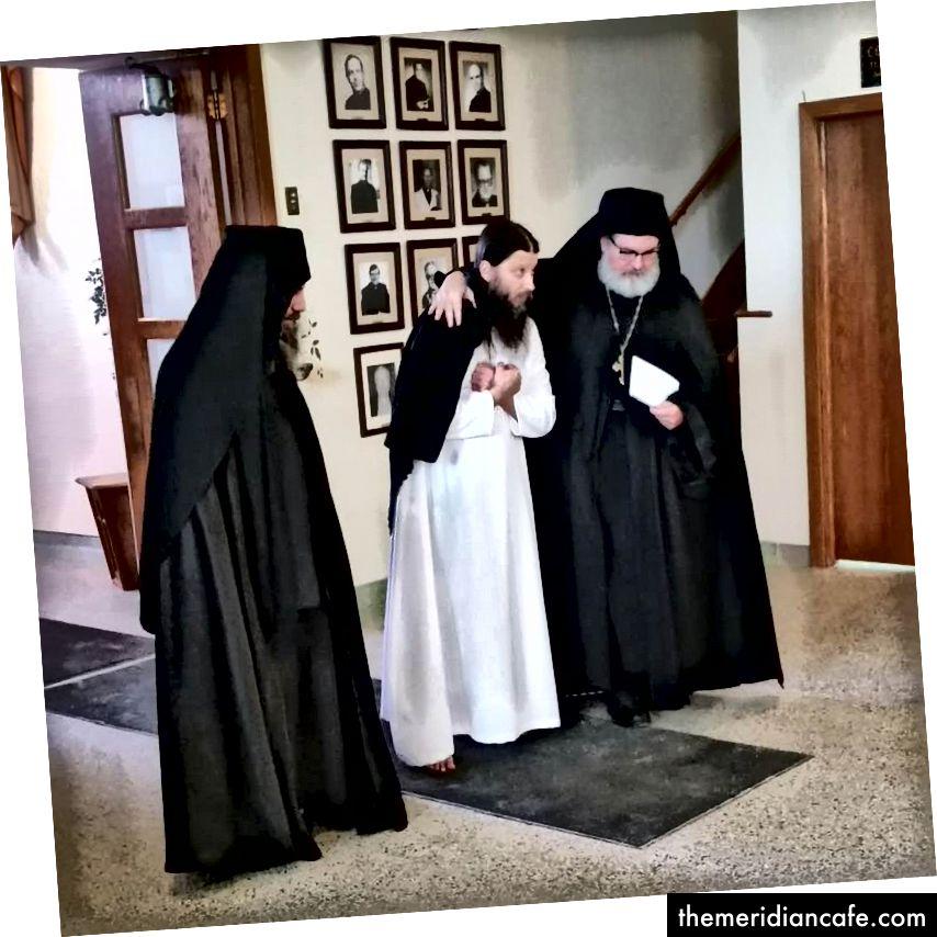 Pain ukrainien fait avec amour! La photo du bas est celle de deux des moines conduisant le p. Paiisi dans l'église pour faire sa vie profession. Fr. Maximos couvre le p. Paiisi avec son manteau monastique et le p. Isaac marche à côté de lui, symbole de leur fraternité.