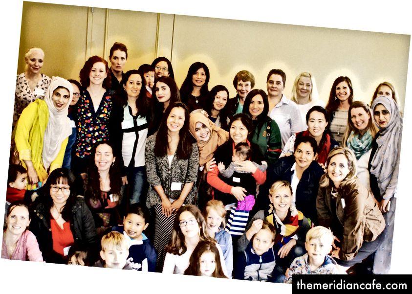 Esta é apenas uma das milhares de fotos que tenho mostrando ao nosso grupo juntos. Amelia é a única com o lenço colorido, frente direita. Foto do autor.