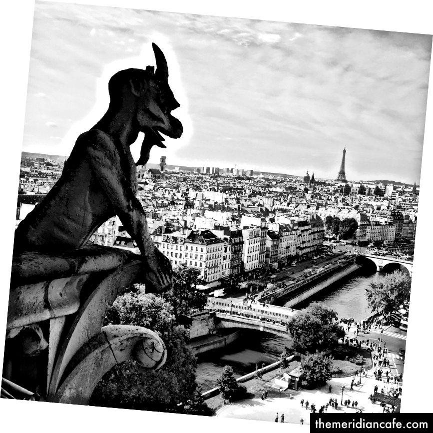 Gargulec z widokiem na piękny Paryż
