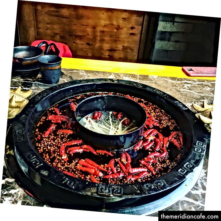 Oală fierbinte în Chengdu. Chengdu este cunoscut pentru alimentele picante. Mai ales oală fierbinte picantă.
