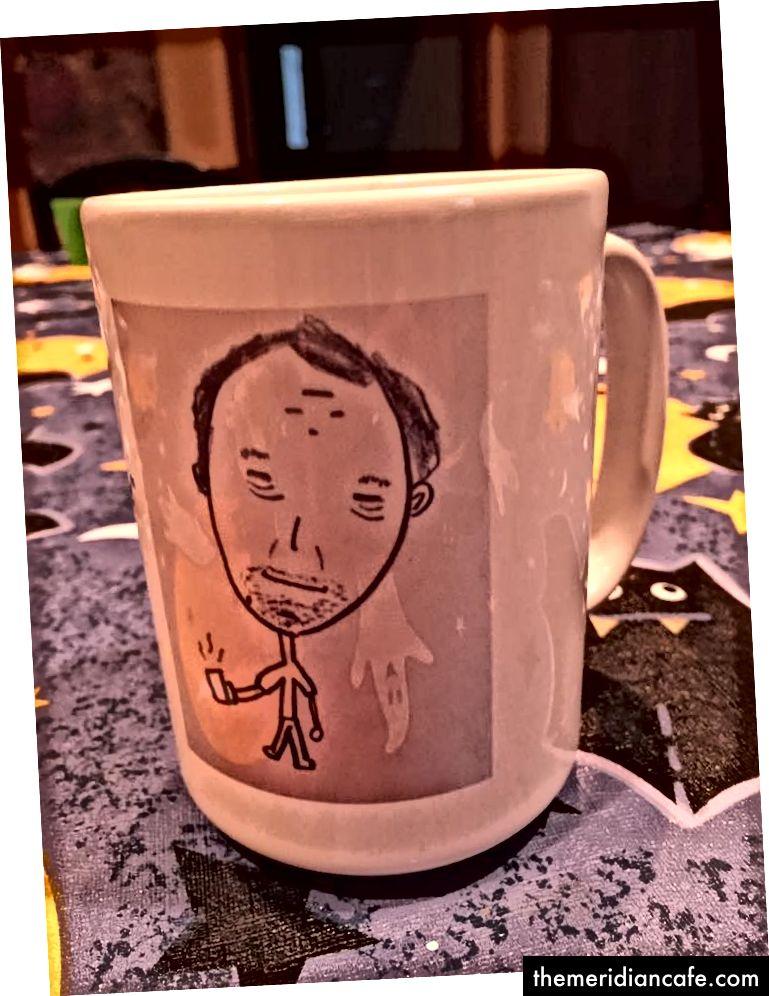 Mein 9-jähriger Sohn hat dieses Bild von mir beim Kaffeetrinken gemalt. Ich setzte es auf eine Kaffeetasse. Meta.