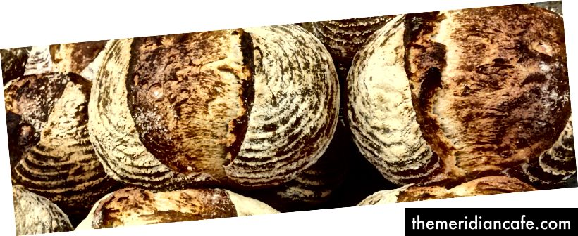 Ein Stapel frisch gebackener Brote in der Ottawa-Bäckerei des Autors, Bread by Us. (Foto von Jessica Carpinone)