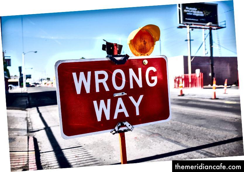 """""""Signalisation rouge Wrong Way sur route"""" de NeONBRAND sur Unsplash"""