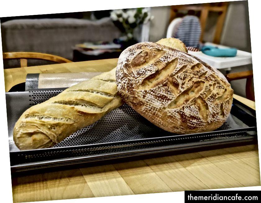 バゲットとバスケットのパンとして焼きたてのパン