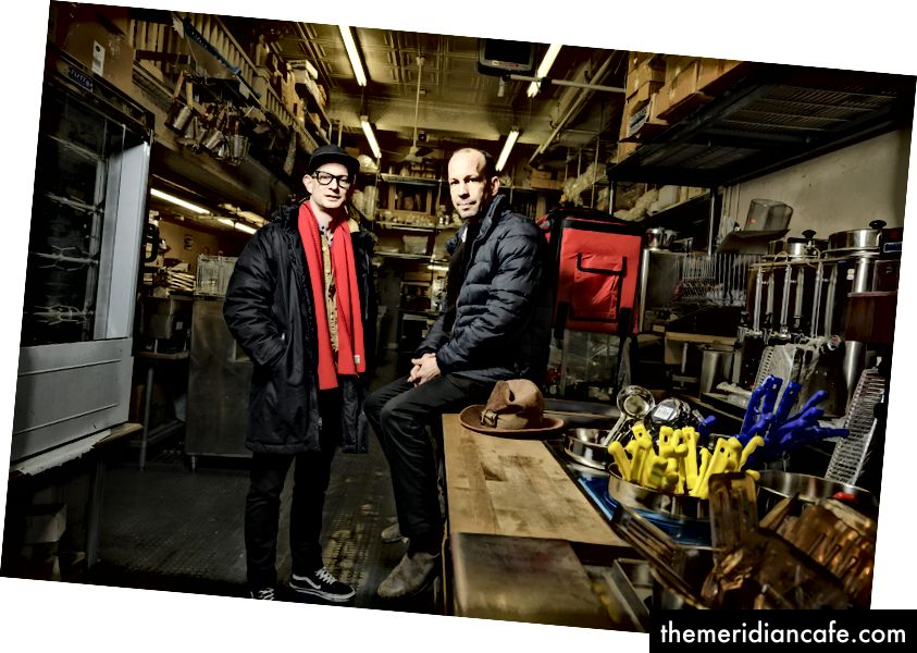 Les écrivains culinaires du Sud, Matt (à droite) et Ted Lee sont allés sous couverture pour explorer la vie des cuisiniers de la restauration à New York. Ils ont découvert les opérations spéciales du monde de l'alimentation. Photo: Karsten Moran