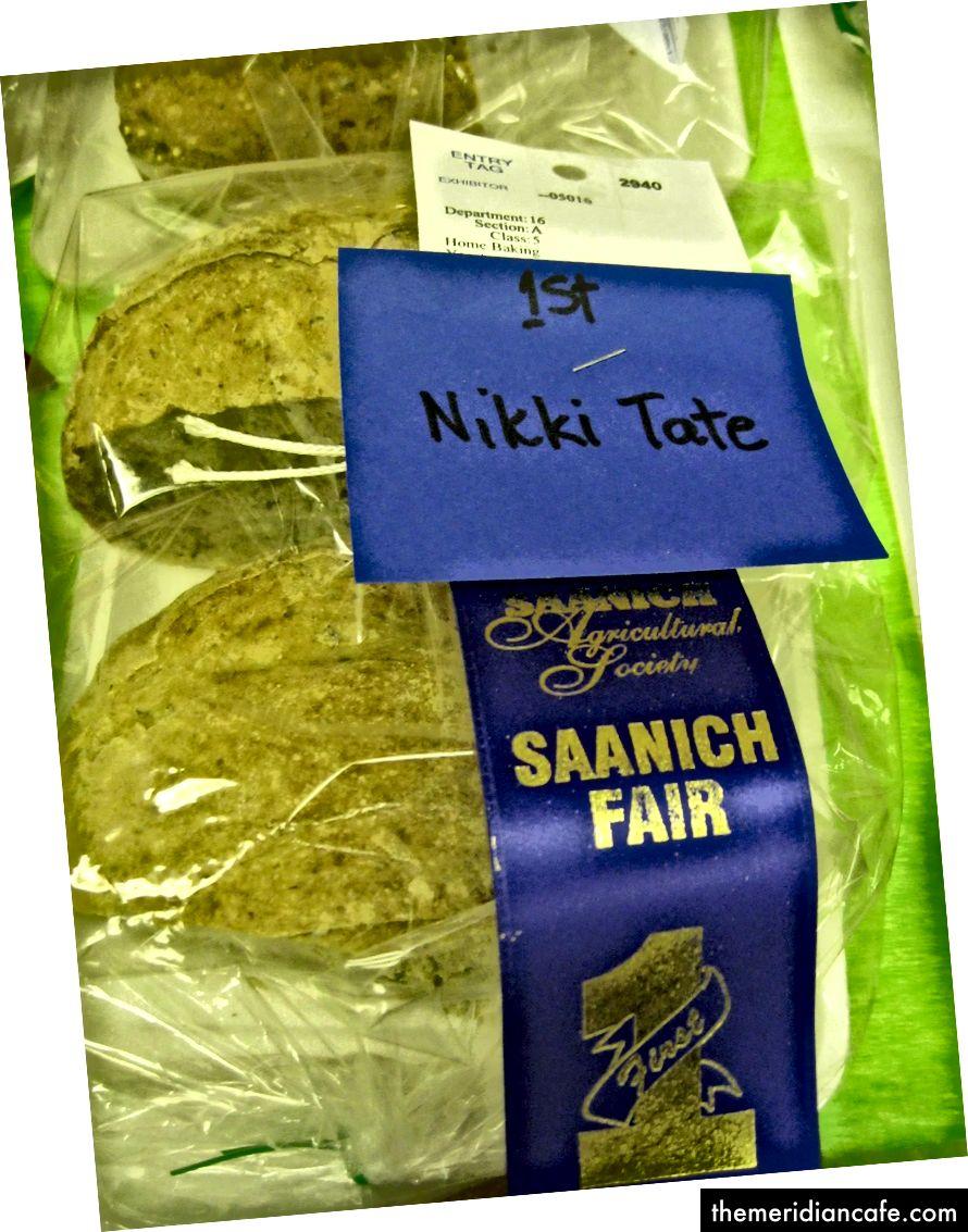 Sandy Grayson a surprins această fotografie cu pâinea mea câștigătoare la premiu la târgul local de toamnă în urmă cu câțiva ani. Mergi fără gluten? Pe mine? Nicio cale sângeroasă. Și apoi? Am facut.