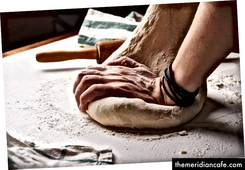 Există ceva incontestabil senzual în ceea ce privește aluatul de pâine frământat. Foto de Nadya Spetnitskaya pe Unsplash