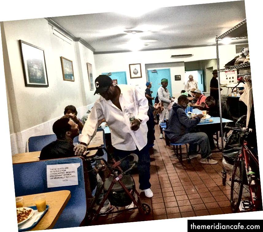 Članovi zajednice koji zajedno jedu obrok na CHiPS.