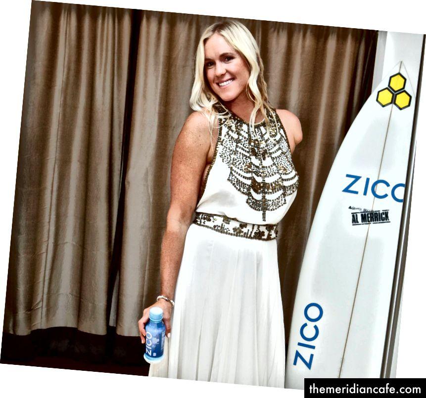 Un vendeur de boissons à la noix de coco en Malaisie et la surfeuse américaine Bethany Hamilton lors d'une séance photo à Zico.