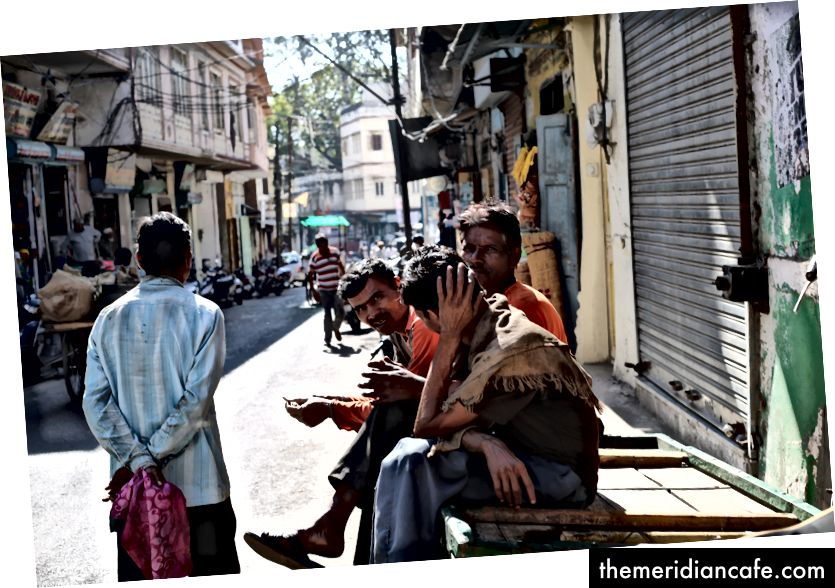 Moradores conversando do lado de fora de uma loja de ferragens no centro de Udaipur.