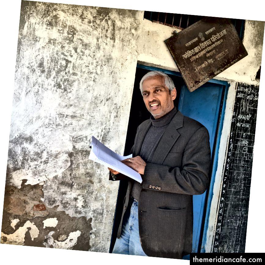 Fundador da Climate Healers e ávido vegan Sailesh Rao visitando uma vila nos arredores de Udaipur para medir os resultados de seu projeto de fogão a lenha.