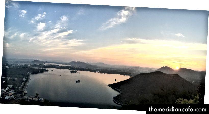 Uma vista de Udaipur ao pôr do sol, com vista para o Lago Pichola.