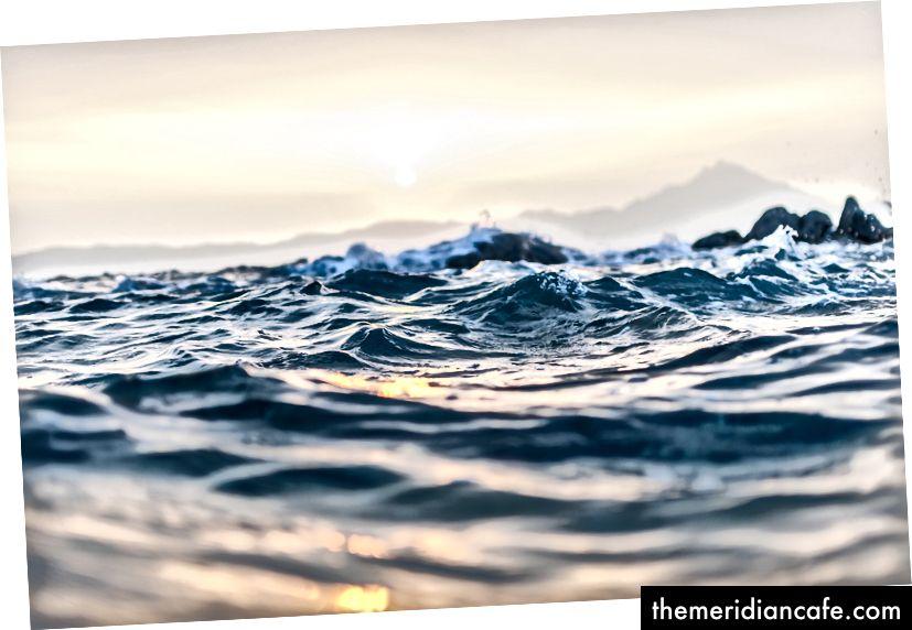 """Ondas do mar ondulando na praia de Kavourotrypes"" por Anastasia Taioglou na Unsplash"