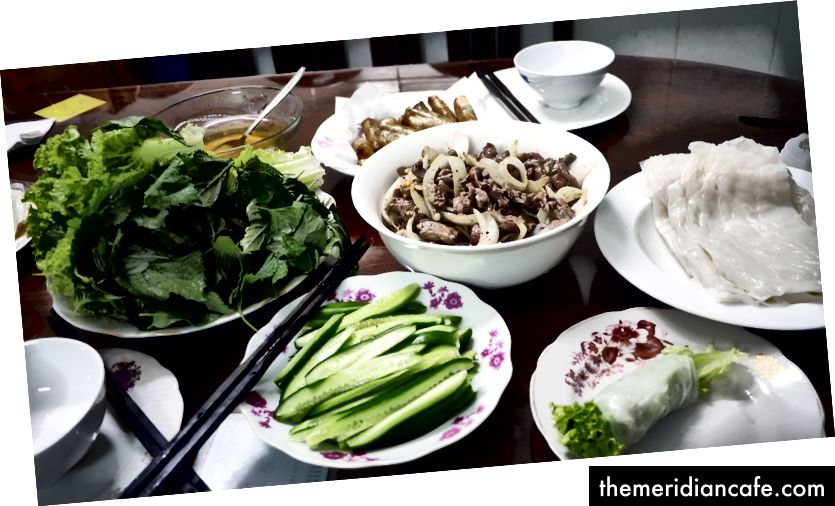 Almoço de sábado: Phở cuốn (folha de arroz enrolada com carne e toneladas de ervas e vegetais)