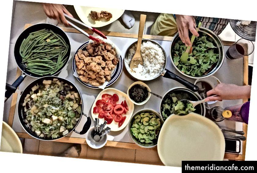 Colagem e refletindo o dia em que as refeições são feitas juntas